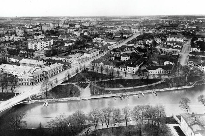 Kuvassa on Turun keskustaa 1910-luvulla Tuomiokirkon tornista katsottuna. Oikaella puolella kuvaa on Multavierunkadun, Aninkaistenkadun ja Yliopistonkadun alkupään alueelta. Multavierun vuosikymmenien takainen näkymä on hyvä esimerkki aikojen muutoksesta. Multavieru muuttui rajusti 1960-luvun alussa puutaloalueesta tiiviiksi kerrostalojen keskittymäksi. Esimerkiksi kolmionmuotoisesta korttelista, joka hieman pilkottaa kuvan oikeasta reunasta, purettiin kerralla parikymmentä taloa. TMK