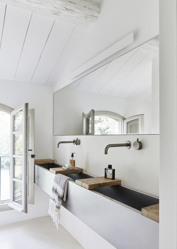 Bathroom With Wooden Shelves Over The Large Sink Salle De Bains Moderne Deco Maison Deco Salle De Bain