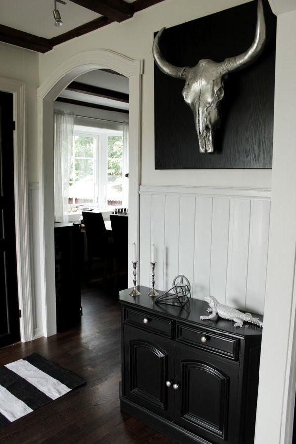 hall i svart och vitt, buffelhuvud silver, buffel i inredningen, inredning i svart, vitt och ...