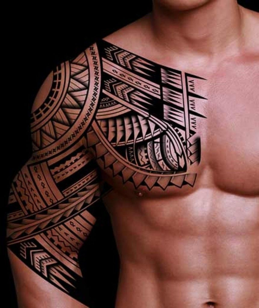 Tatuaggio tribale Samoa che parte dal petto e prende parzialmente il braccio