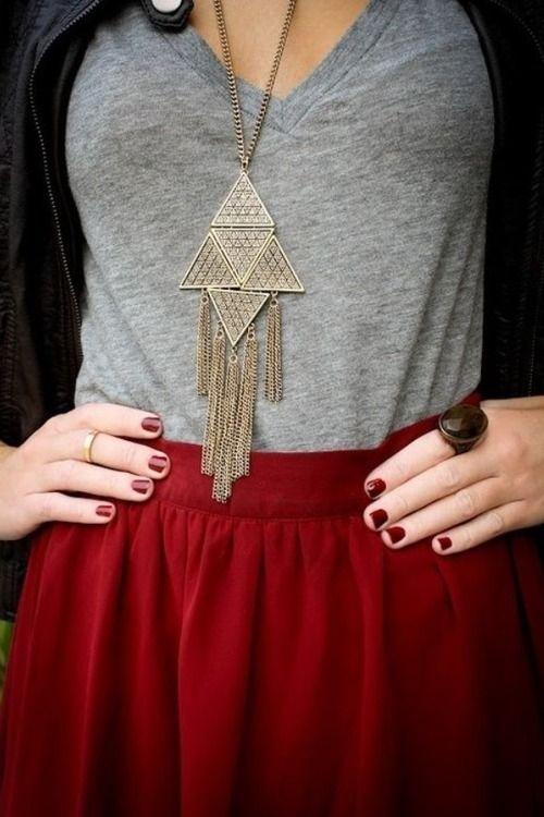 Cinza, vermelho, unhas curtas e anéis.