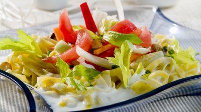 Ensalada de pasta con verduras crujientes, salsa de yogur y anacardos
