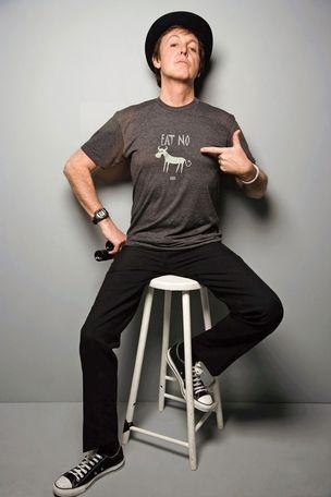 """O MILITANTE Paul posa em 2008 com a camiseta """"Não coma carne"""", para a campanha """"People for the ethic treatment of animals"""", (Gente pelo tratamento ético dos animais). """"Os artistas têm de emprestar a voz ao público""""  (Foto: AFP)"""