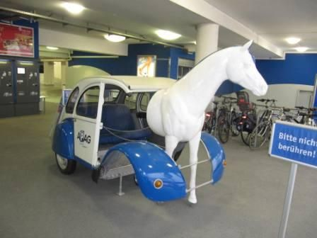 A white horse-car ;-) Een wit auto-paard ;-)