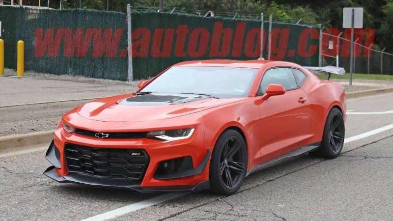 Without Any Camo The 2019 Chevy Camaro Zl1 1le Is Spied Chevy