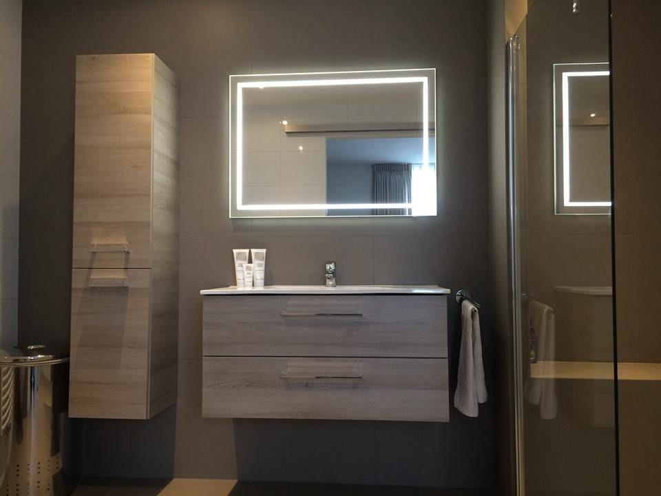 Badmeubel met hoge kast en spiegel met led verlichting gerealiseerd