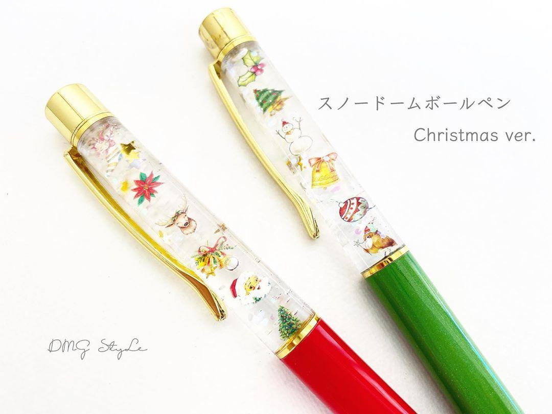 スノードームボールペン Christmas Ver です 可愛すぎる キラキラ動く背景の雪 が癒し効果抜群です Xmas系はテンションあがります 持ち手が赤と緑なのもクリスマスカラーでよりいいです クリスマス カラー クリスマスグッズ