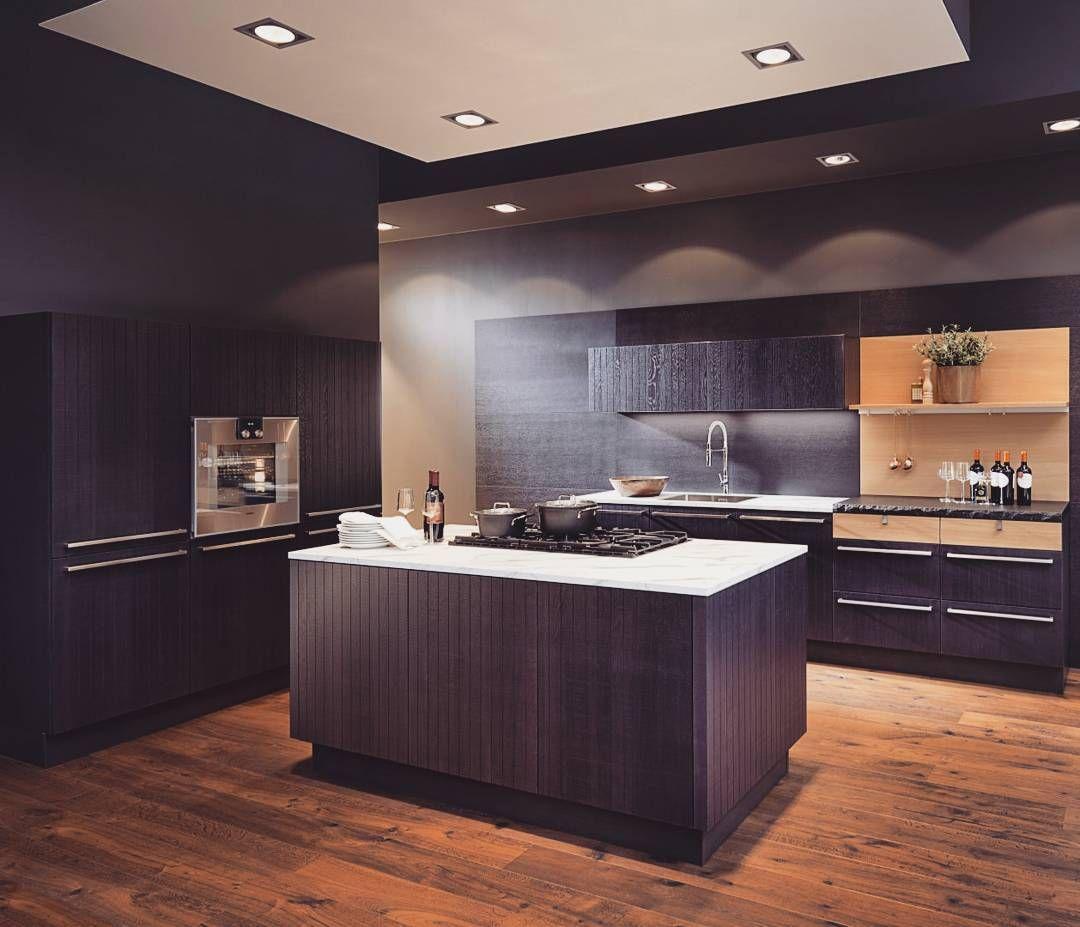 Lubicie Kuchnie W Nieco Ciemniejszych Kolorach Ta Prezentuje Sie Wyjatkowo Elegancko I Stylowo Mimo Ciemnych Barw Je Kitchen Design Kitchen Extension Kitchen
