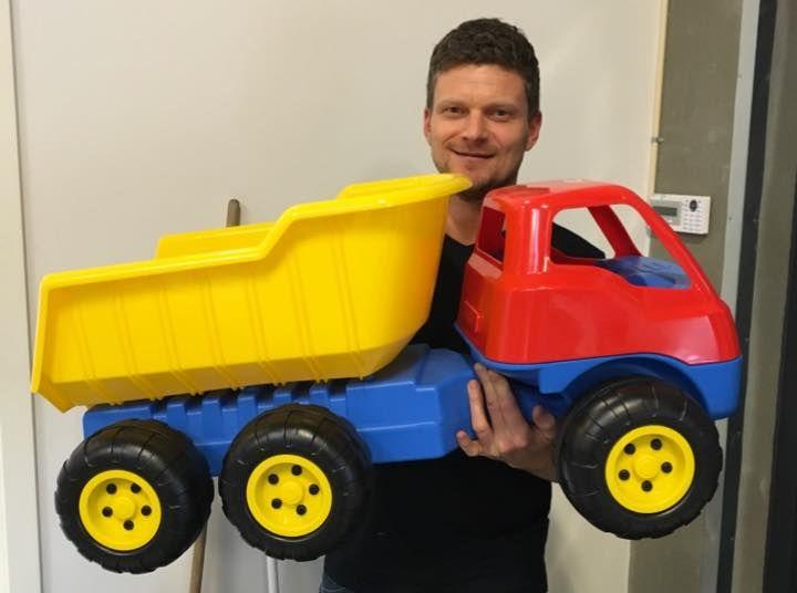 Vores lagermand Jesper står her med den store Dantoy lastbil. Enhver drengs drøm :) Køb den på Legebyen.dk #Dantoy #Svanemærket