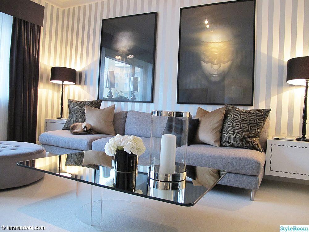 Spegel,soffbord,soffa,grå,randig,tapet,blommor,vas,konst,tavla,foto,gardin,matta,vardagsrum,puff