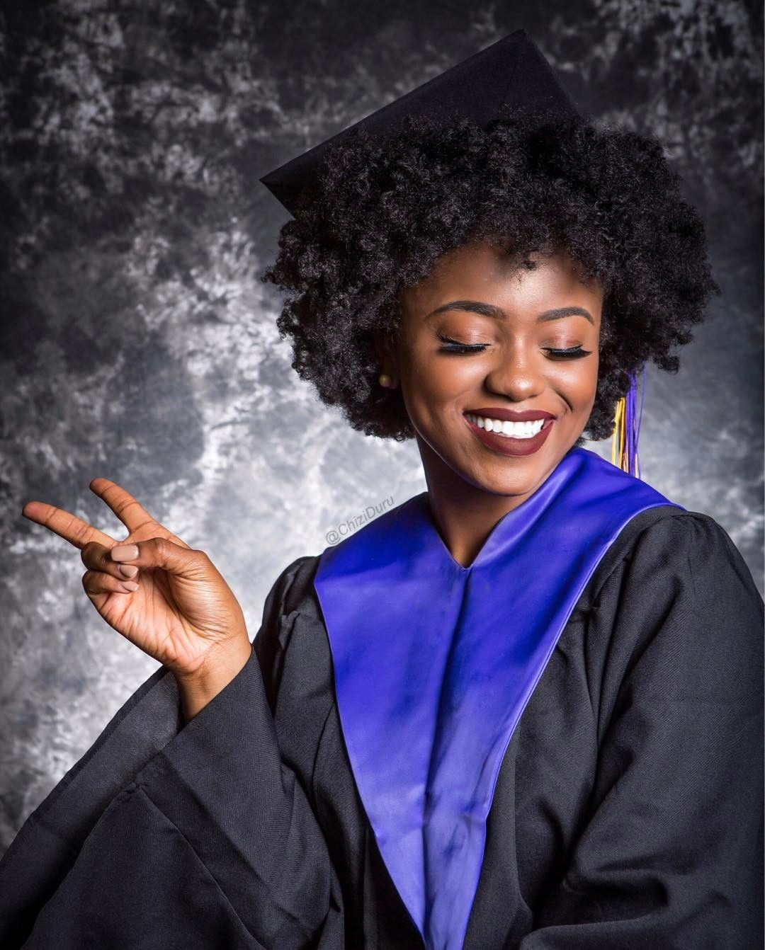 Vlogger Chizi Duru Shows How To Make A Graduation Hat Fit Over Her Voluminous Hair Sh Graduation Hairstyles With Cap Natural Hair Styles Graduation Hairstyles