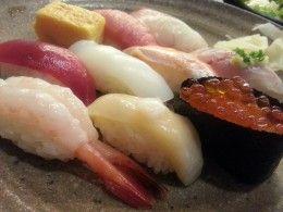 Premetto subito che non sono un esperto di sushi, ma solo un grande amante di questo cibo. Dal 1999 ho la fortuna di gustarlo dove è più buono e fresco e cioè in Giappone Eh si, ormai anche in Europa è scoppiata la moda del sushi, e l'Italia non si tira indietro, si trovano ristoranti di sushi perfino dove non c'è il mare, haimè però del vero sushi...
