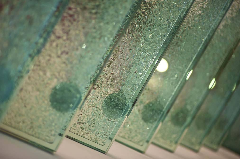 Best Cracked Italian Glass Treads Create A Perfect Modern Look 400 x 300
