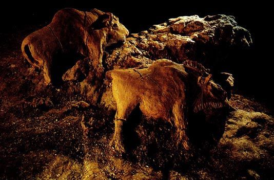 Paleolithic Bison reliefs in cave at Le Tuc d'Audoubert, Ariege, France, ca. 15,000-10,000 все.