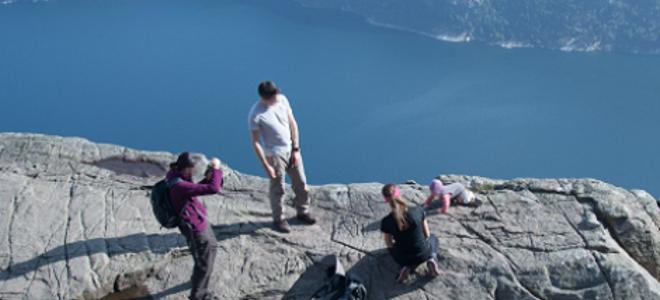 Ανεύθυνοι γονείς αφήνουν μωρό στην άκρη γκρεμού 600 μέτρων για να το φωτογραφήσουν !