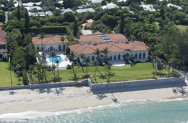 yo tengo una casa en la playa con cinco dormitorios, seis baños, dos garajes y un montón de otras habitaciones. La casa tiene una  puerta.