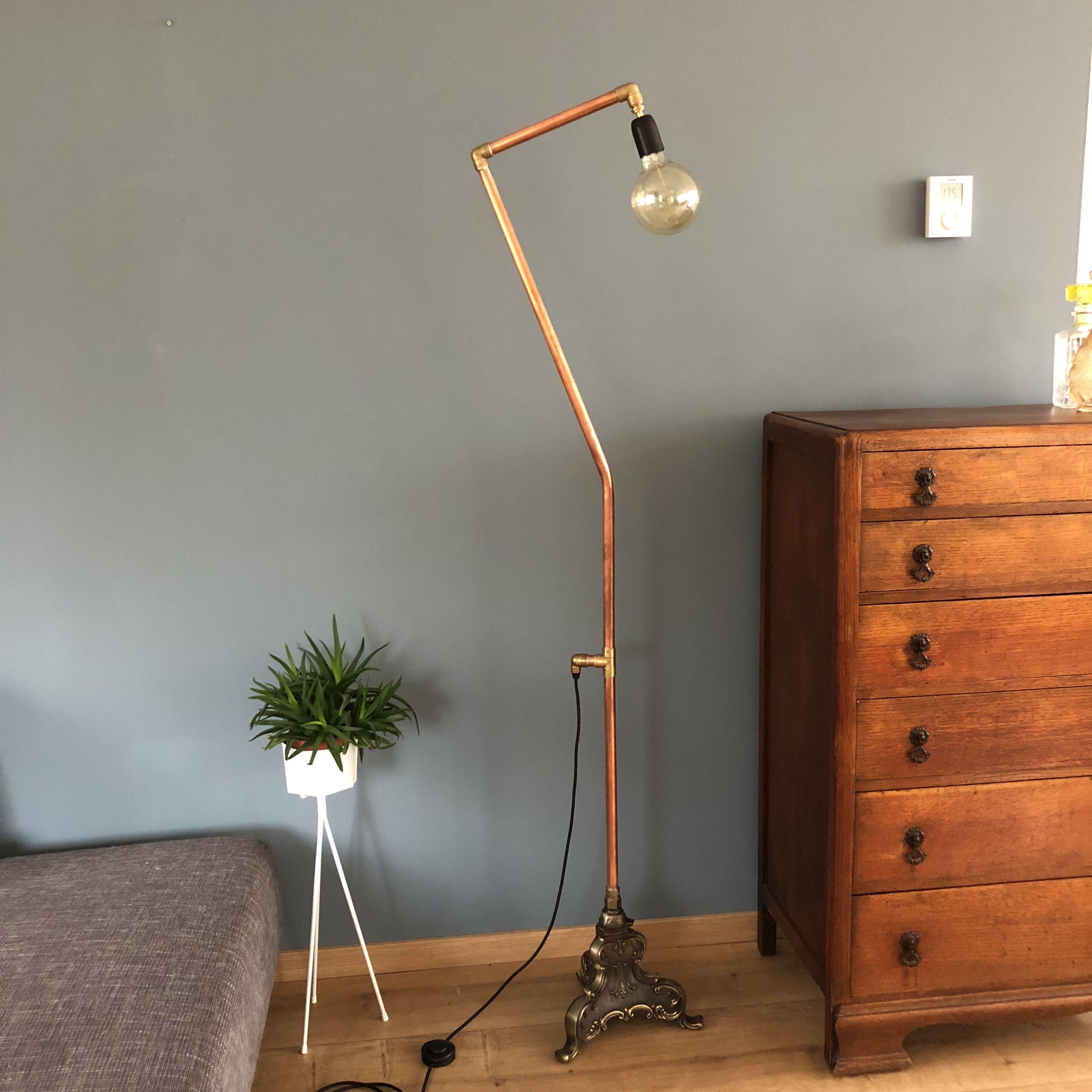 Mooi unieke staande huiskamer lamp. De lamp is gemaakt van