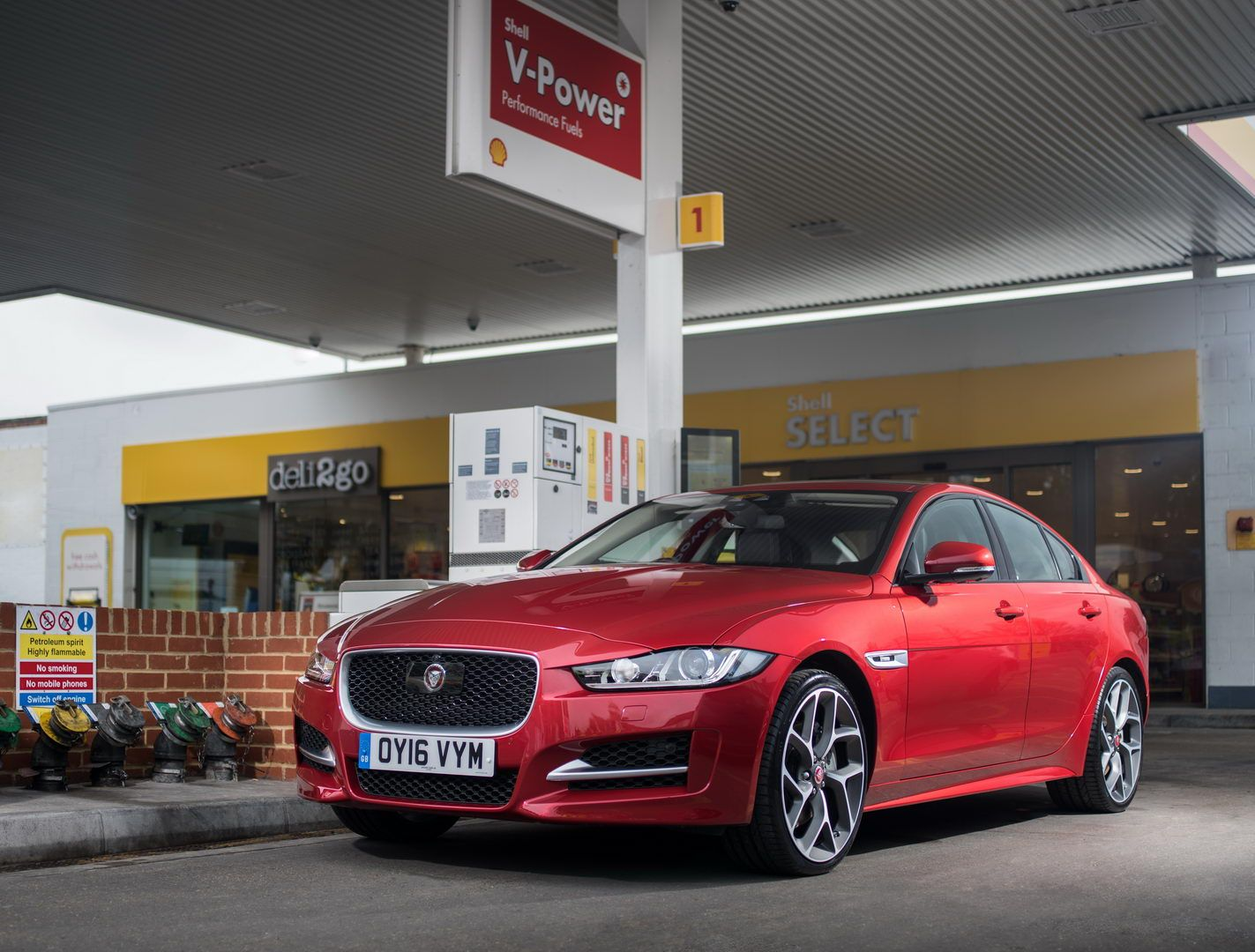 Jaguar And Shell Are Partnering To Allow In Car Fuel Payments Via Mobile Apps They Are Testing In The Uk With A Plan To Launch Gl Car Fuel Car Payment Jaguar