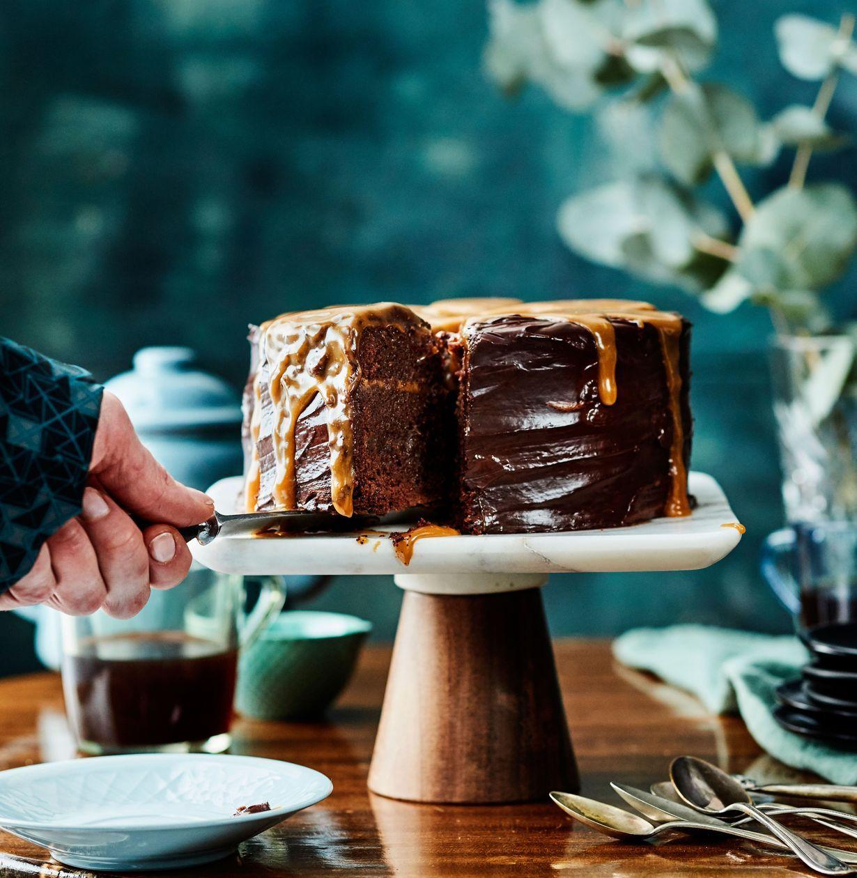 Vau, mikä kakku! Tämä herkku yhdistää suklaan ja kinuskin ystävät ja on klassikko jo syntyessään. Voit valmistaa kakun jo edellisenä päivänä...