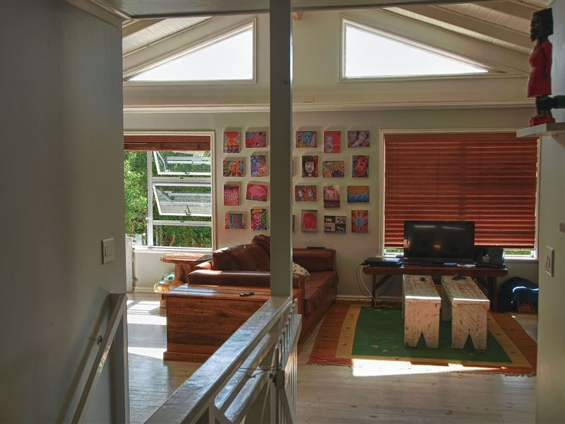 Valley Views - Valley Views is set in the well-known Hout Bay in Cape Town. This area is set on the coast and has the world-renowned Table Mountain as a backdrop.  This lovely home has two sections, an upstairs area ... #weekendgetaways #houtbay #southafrica
