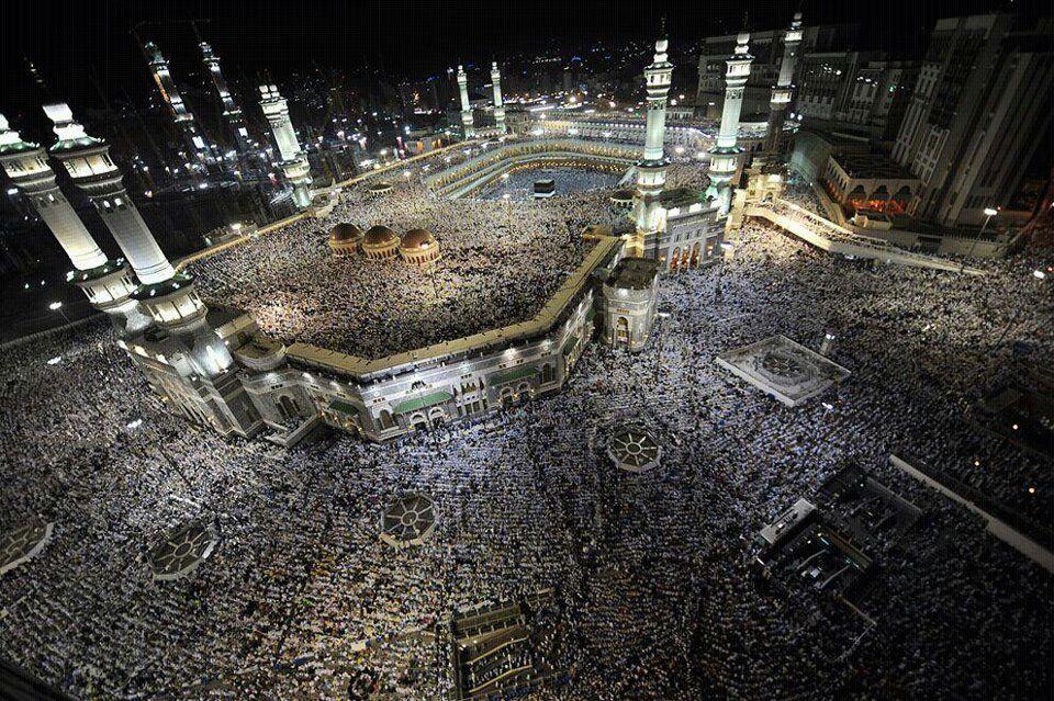 Lautan umat Islam dari segenap pelusuk dunia menuju ke arah yang satu dalam menunaikan Rukun Islam Kelima. Walau berbeza negara… | Hajj pilgrimage, Pilgrimage, City
