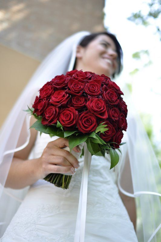 Bouquet Sposa Rose Bianche E Rosse.Bouquet Di Rose Rosse Per La Sposa Con Personalita Foto By Foto