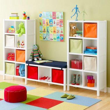 une salle de jeux color e aux rangements tr s pratiques. Black Bedroom Furniture Sets. Home Design Ideas