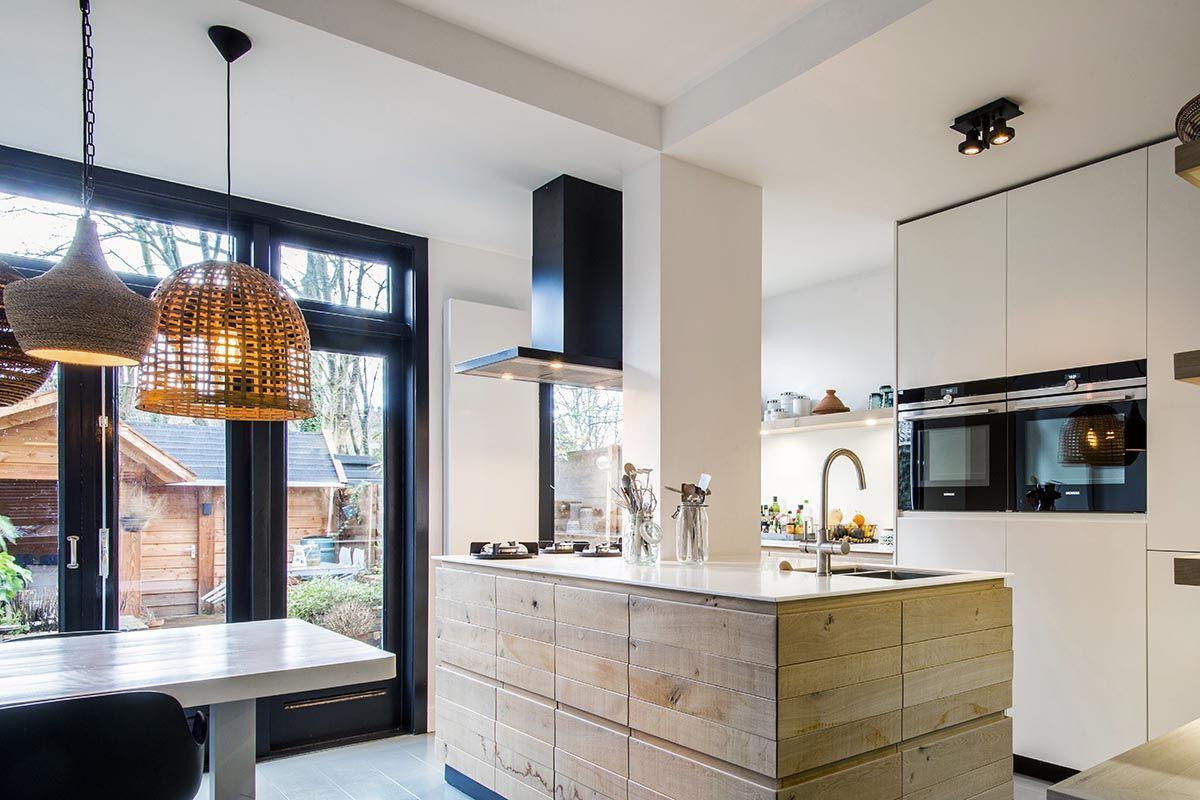 De keuken is een strak eiken houten keuken geworden met een dun