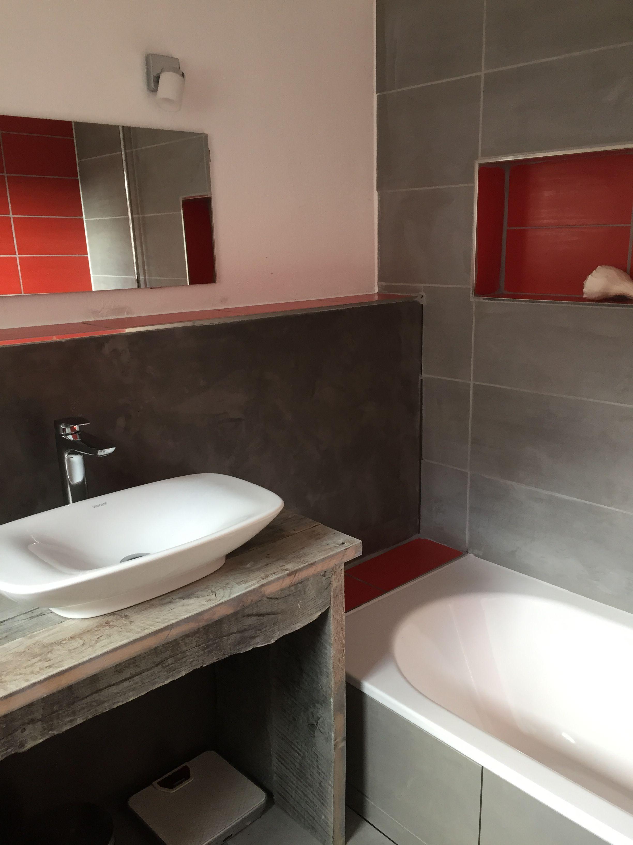 Badezimmer Waschtisch Aus Alten Eichenbohlen Selbst Gebaut Das Grau Der Fliesen Wird Durch Rote Facher Und Ablagen Badezimmer Eichenbohlen Badezimmer Fliesen