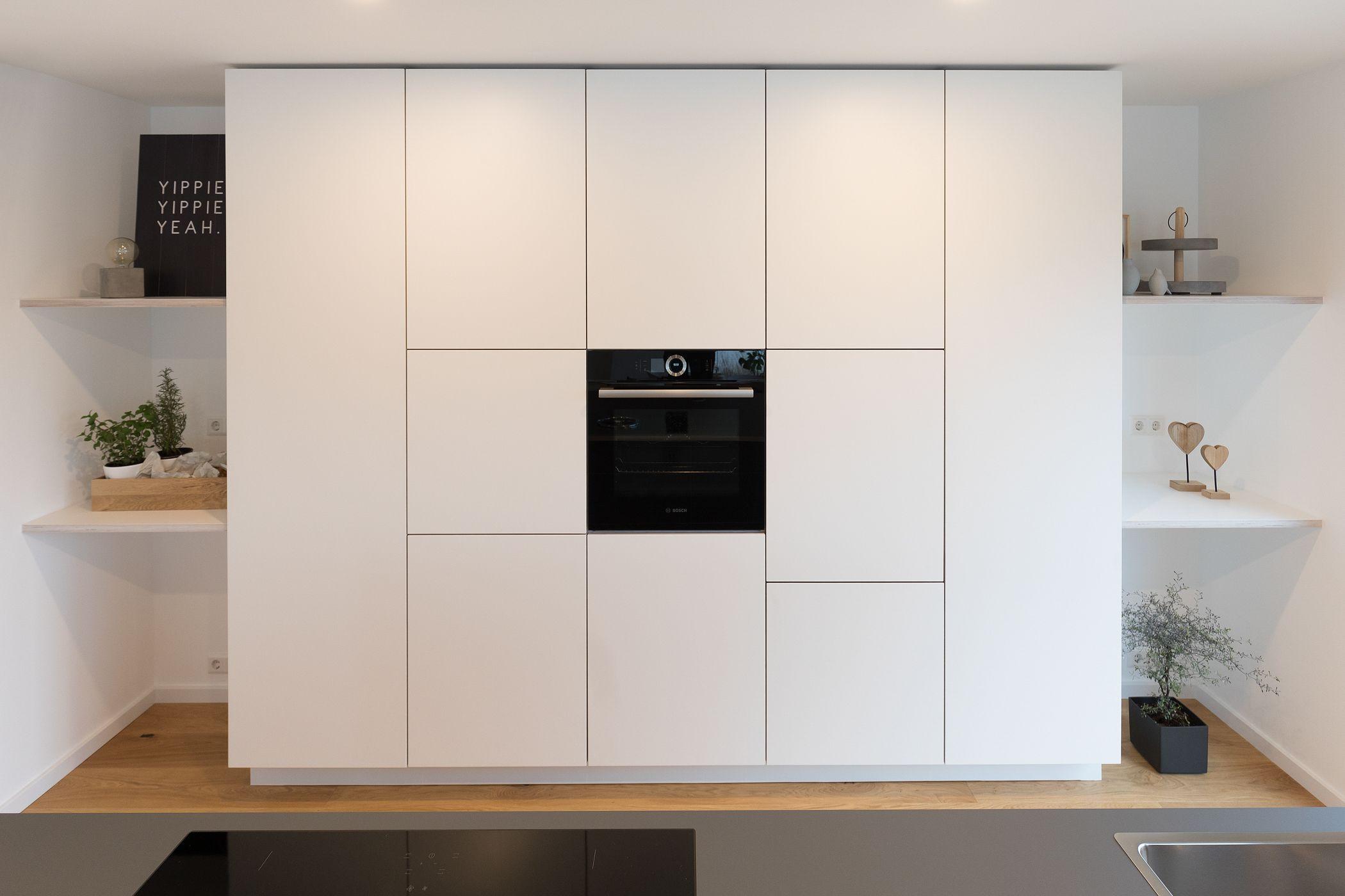 Grifflose Küche  Deckenhohe Küchenschränke  Weiße Küche