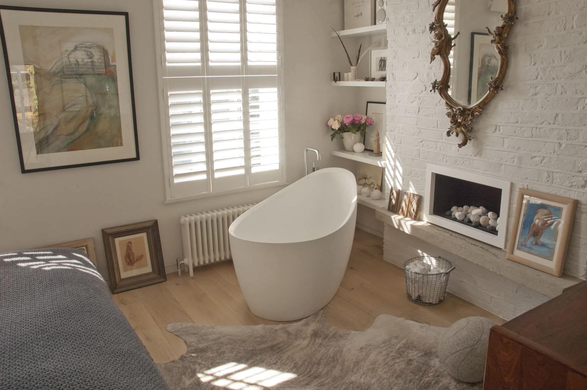 Freestanding White Porcelain Bathtub On Natural Wooden Floor In Artistic  Bathroom Decoration, Innovative Small Freestanding Bathtub For Remodeling  Bathroom ...
