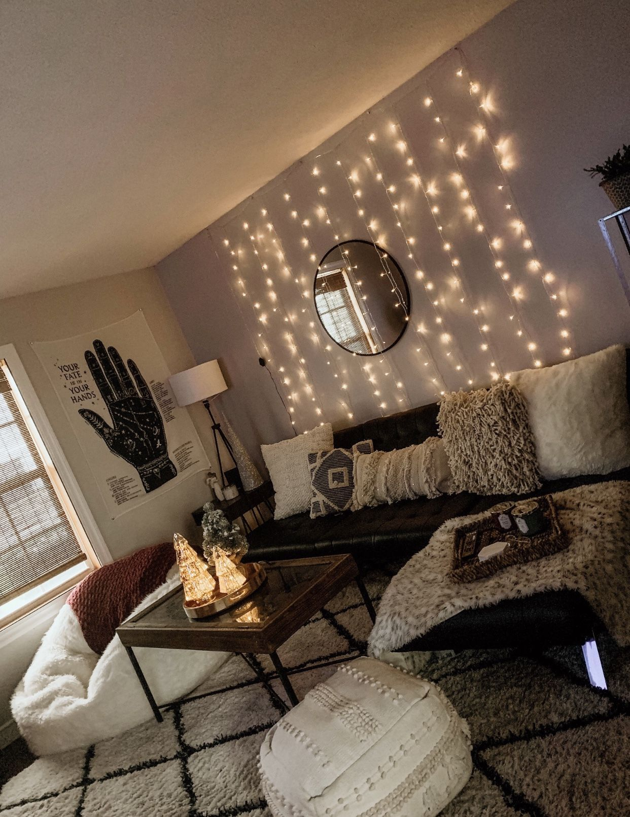 Simple Holiday Decorating With Lights Apartmentsmanhattanexterior Living Room Decor Apartment College Apartment Decor First Apartment Decorating