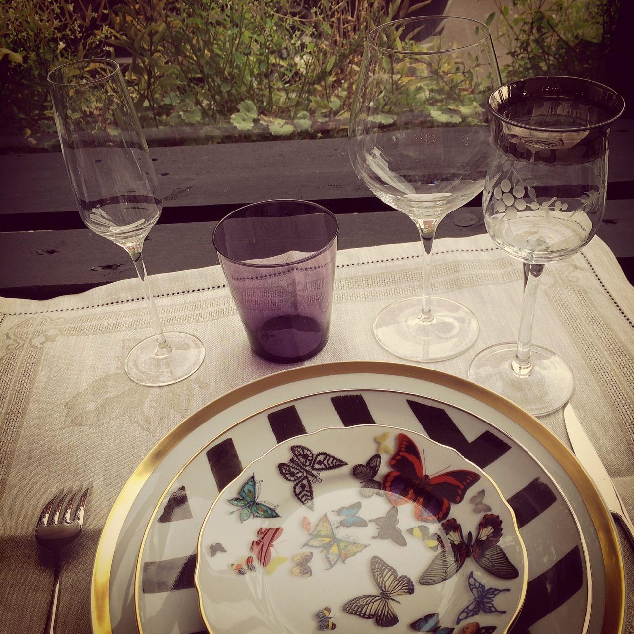 art de la table disposition des verres 3 femmes 1 coussin inspirations art de la table. Black Bedroom Furniture Sets. Home Design Ideas