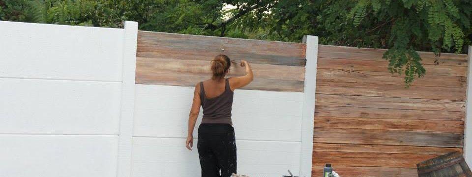 Décoration d\'un mur extérieur en béton, imitation bois ...