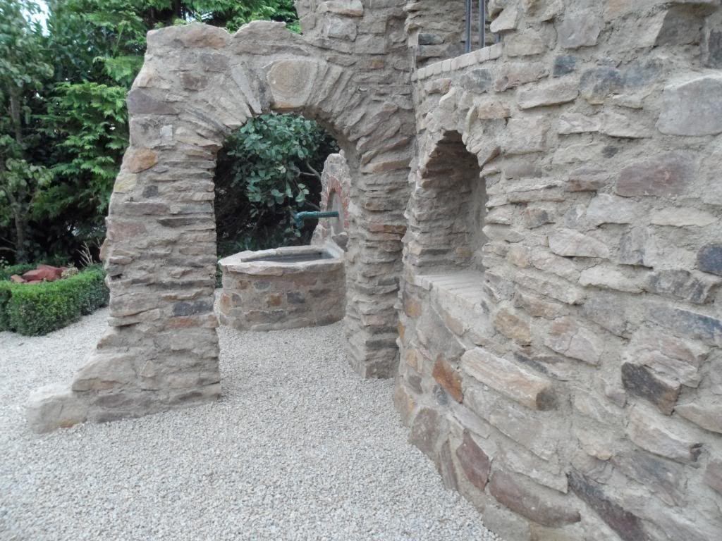 Eine Gartenmauer Im Stil Einer Ruine Aus Sandstein · RuinsStyle