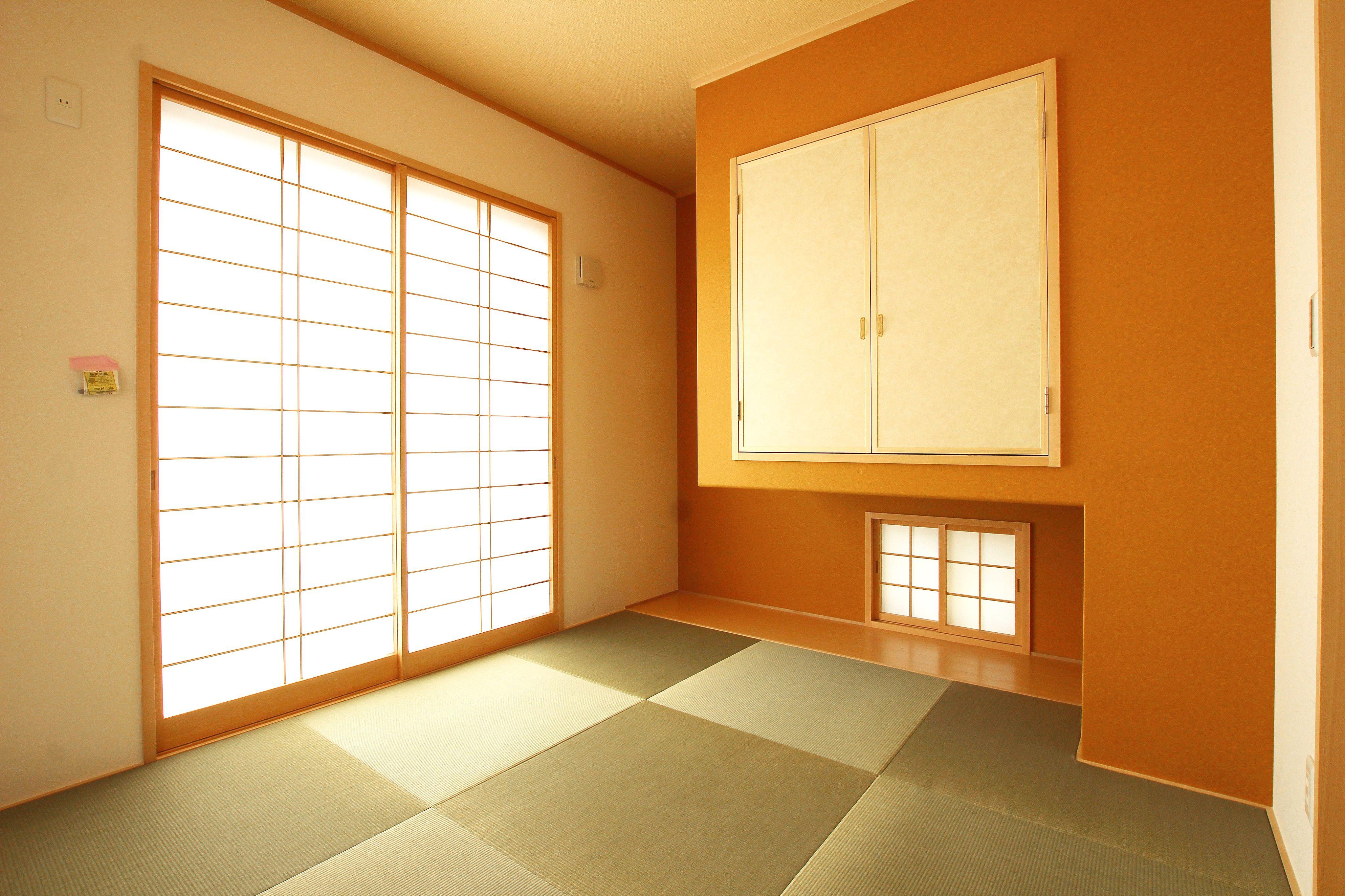 印象が強いオレンジ色のデザイン壁が畳のカラーを吸収して コーディネートがまとまりやすくなります 採光の光で温かみがました和室は 家族がゆったりと寛げる癒しの空間です 和室 デザイン壁 オレンジ Orange Collar コーディネート モダン 癒しの空間 和風