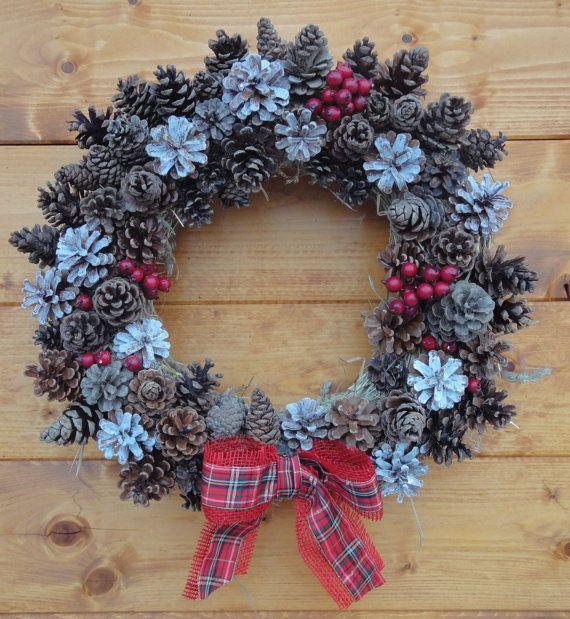 Ghirlanda natalizia di benvenuto con pigne bacche di - Pigne decorate natalizie ...