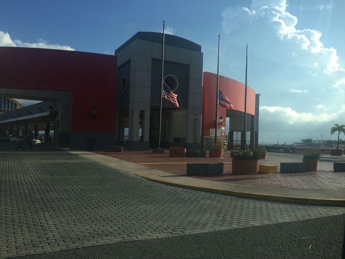 Sábado 17 de septiembre de 2016, 04:59 pm Puerto Marítimo, isleña de San Juan  Estas dos banderas están correctamente establecidas, ya que las dos están al mismo nivel, igual tamaño de banderas y astas.