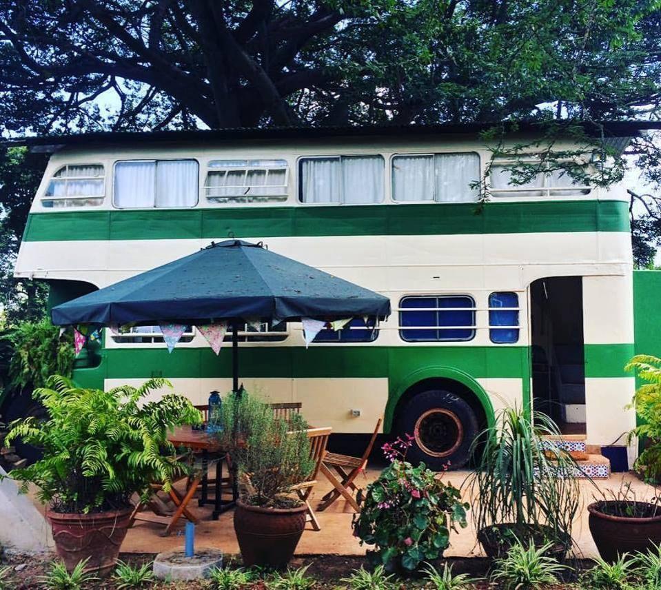 Enamórense de la atractiva y colorida maestría de los 2 dormitorios en este bus…