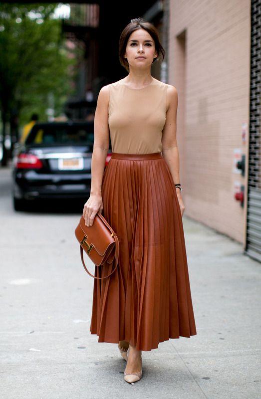 fdc8e32c5 Una falda larga tableada de piel y un top sin mangas en tono  nude  crean  el look impecable de una  fashionista  que nunca falla. Los complementos