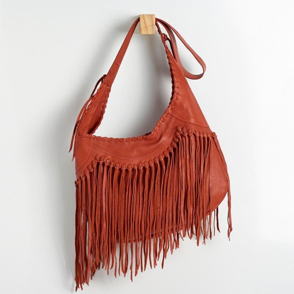 a2499d84a BGF 0076 - Bolsa em couro macio com franjas e detalhe de tressê na frente.  Possui fechamento de zíper. #coloridoviamia