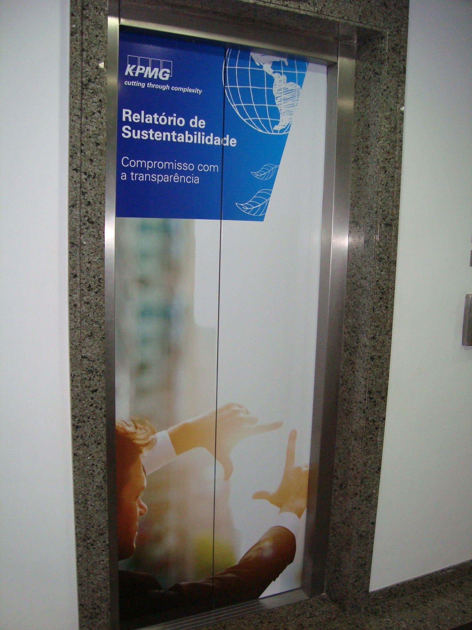 Porta elevador KPMG