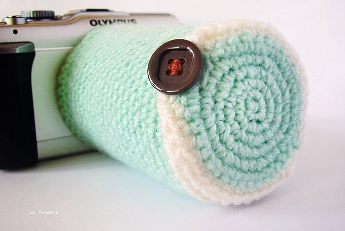 Never worry about quickly changing a lens when you have this cozy camera lens cover pattern from Ice Pandora.