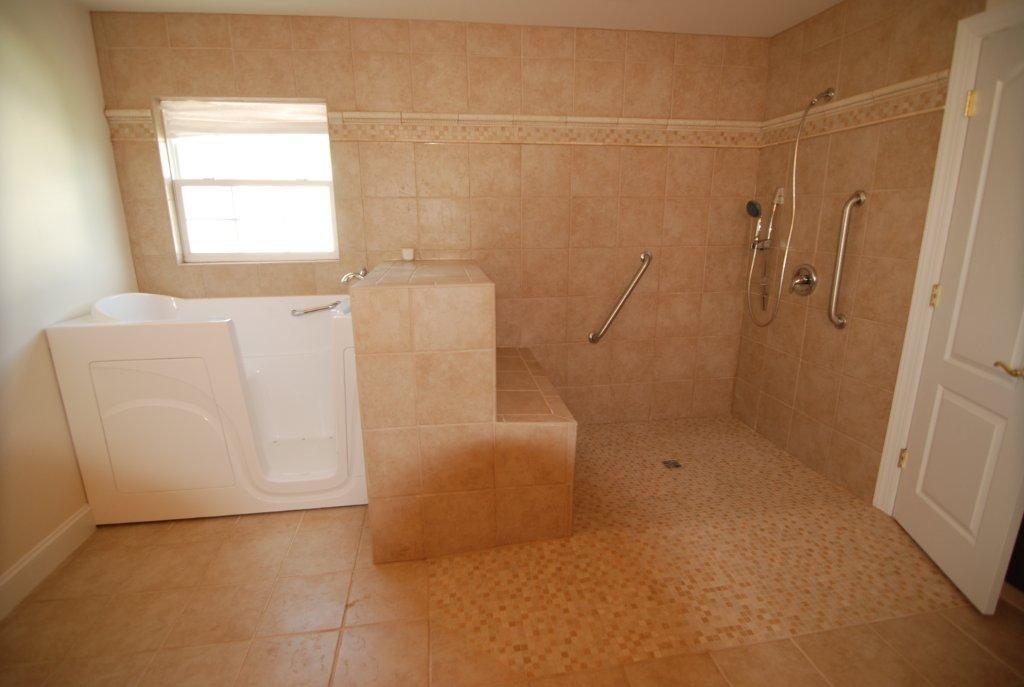 die besten 25 handicap badezimmer ideen auf pinterest ada badezimmer neue badezimmerdesigns. Black Bedroom Furniture Sets. Home Design Ideas