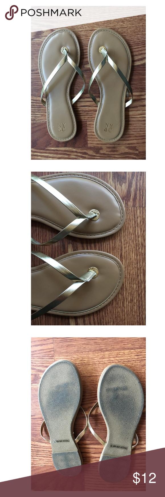 NEW YORK & CO Gold Flip Flop Sandals Don't Let Re Summer