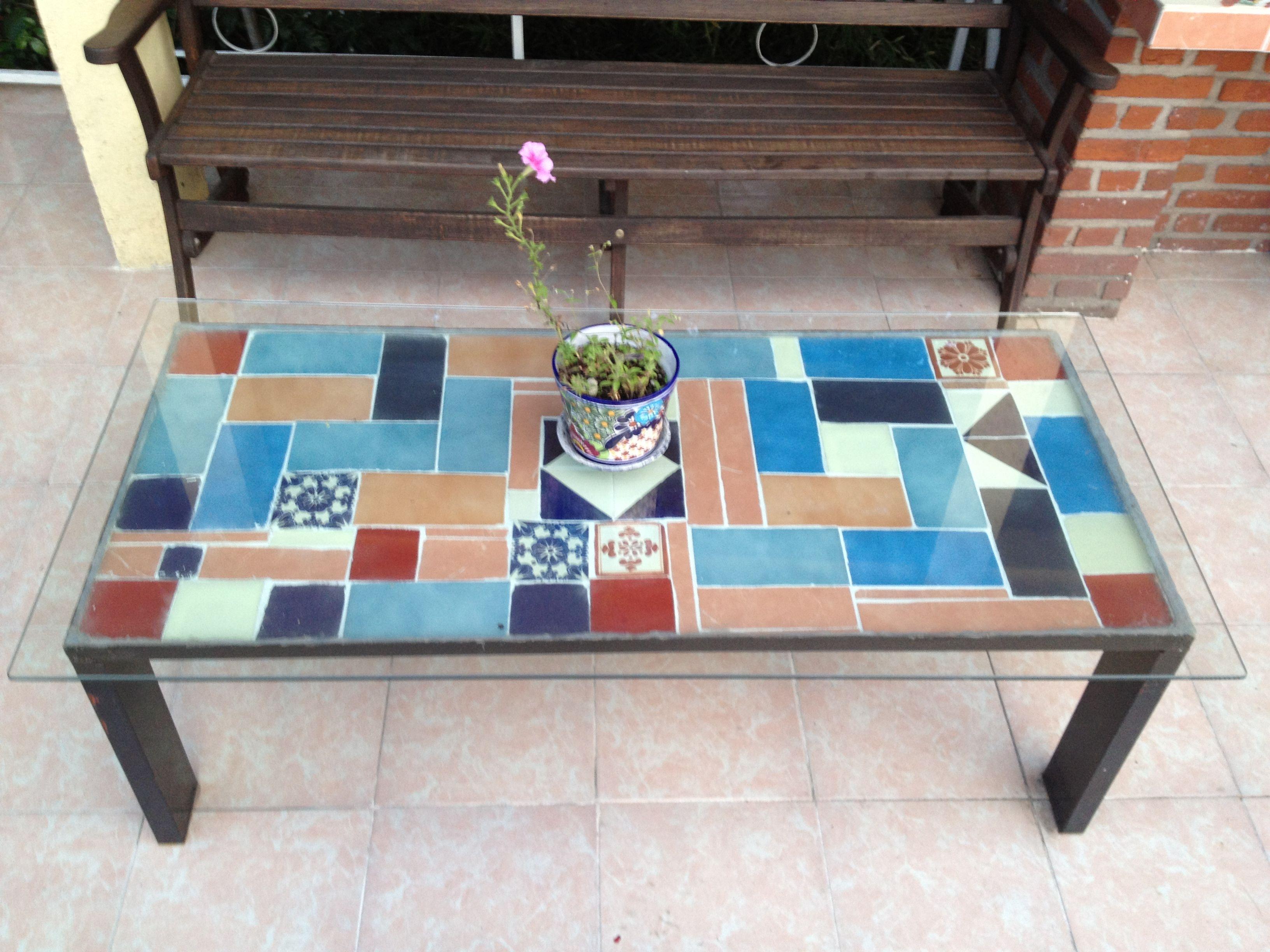 Mesa hecha con retazos de mosaicos.