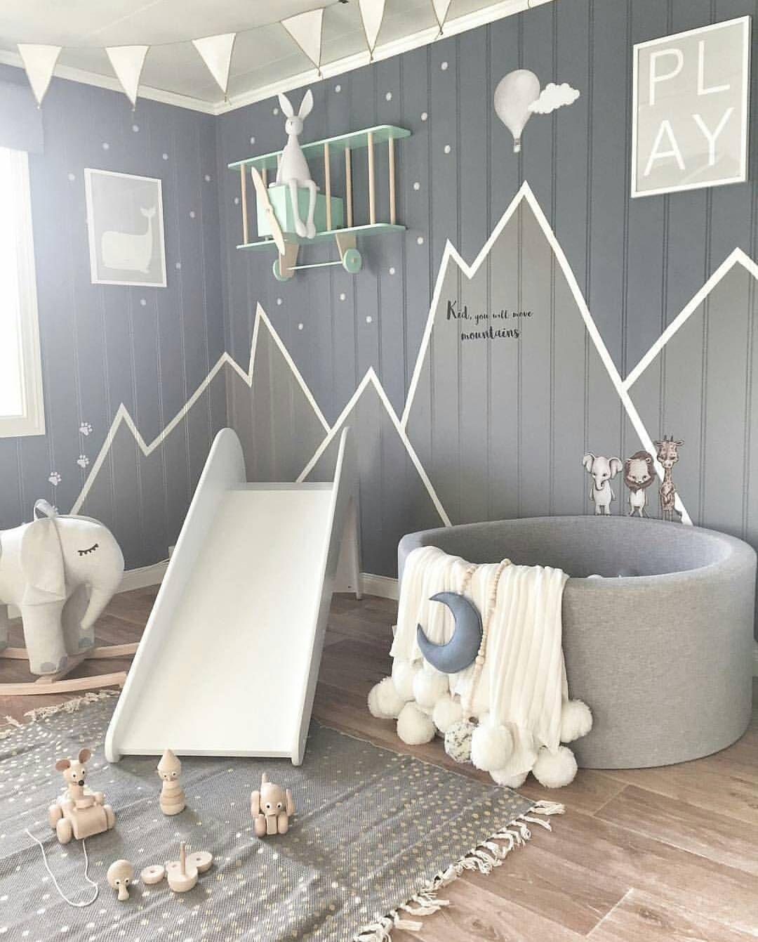 Kinderzimmer mit Rutsche und Bällebad. Schöne Farben