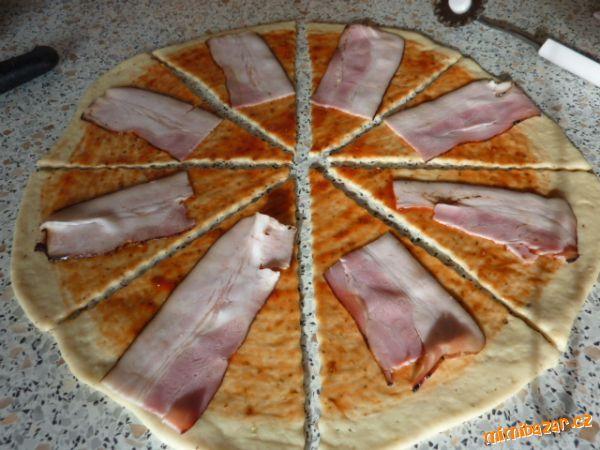 Pizza rohlíčky se slaninou a sýrem rychlé a moc moc dobré. Těsto se nelepí dobře se s ním pracuje.