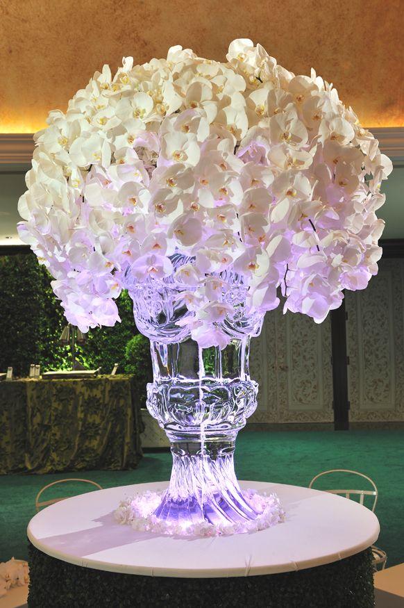 Vaso esculpido em gelo para sustentar as orquídeas by Preston Bailey