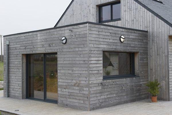 Lu0027architecture de la maison, avec une extension bois et un toit plat